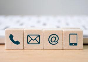 Wuerfel mit Symbolen für Telefon und Email